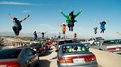 【樂來越愛你】百人歌舞快閃信義區 導演包下高速公路2天 拍出年度最狂驚人開場