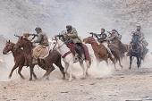 《12猛漢》爆夯 「有車有馬有戰爭」引熱烈討論  雷神堅持親身上陣 真實呈現火爆戰場