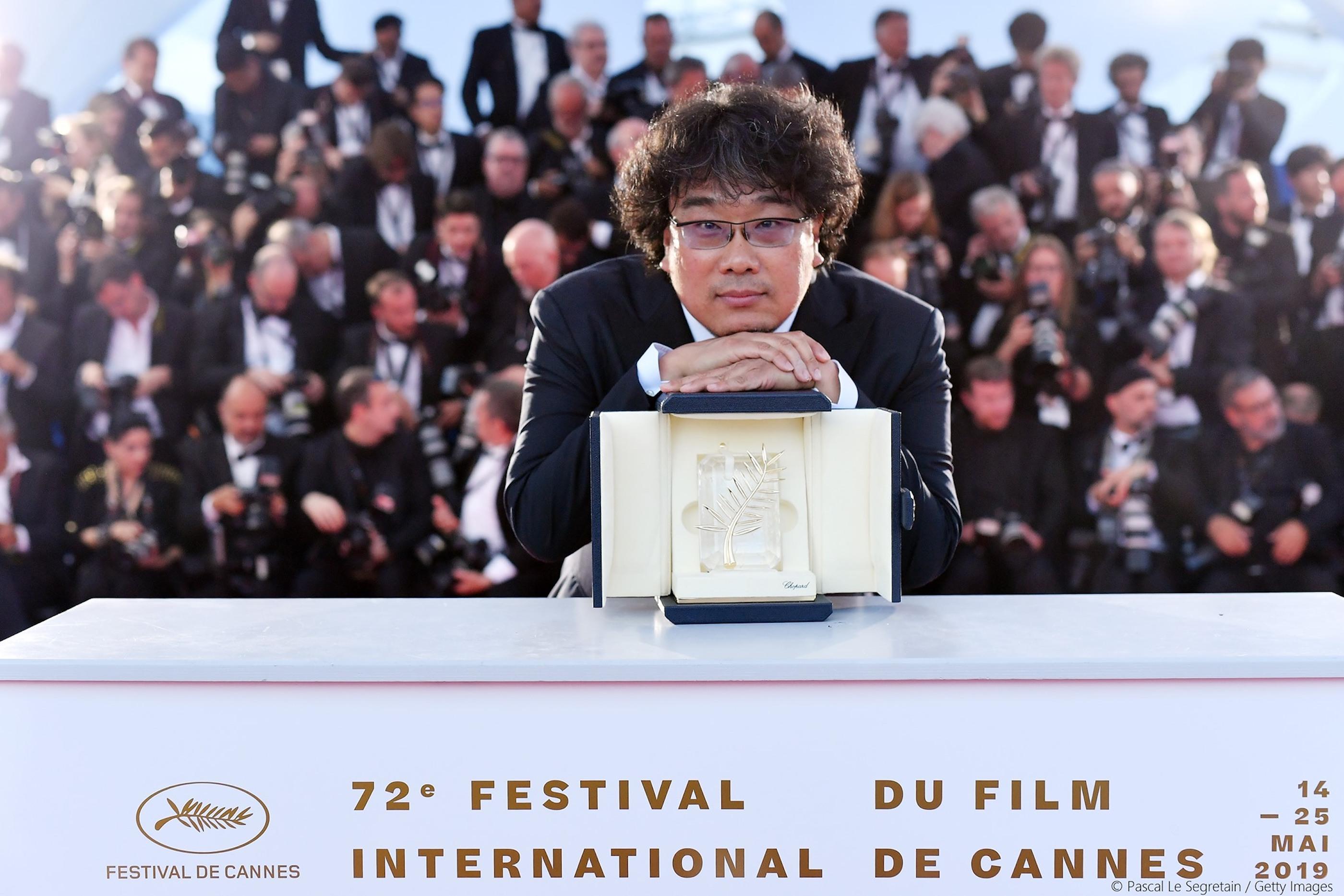 韓國影史第一 《寄生上流》勇奪坎城金棕櫚最高殊榮  導演奉俊昊:沒想過有天能摸到這座獎