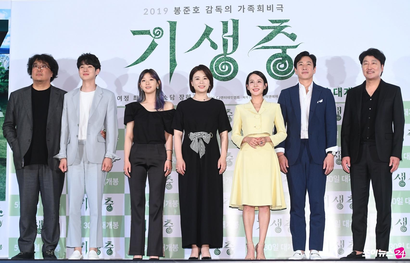 《寄生上流》名導奉俊昊風光歸國 許願和觀眾一起看電影  新片南韓首映明星力挺 超高評價衝出預售冠軍