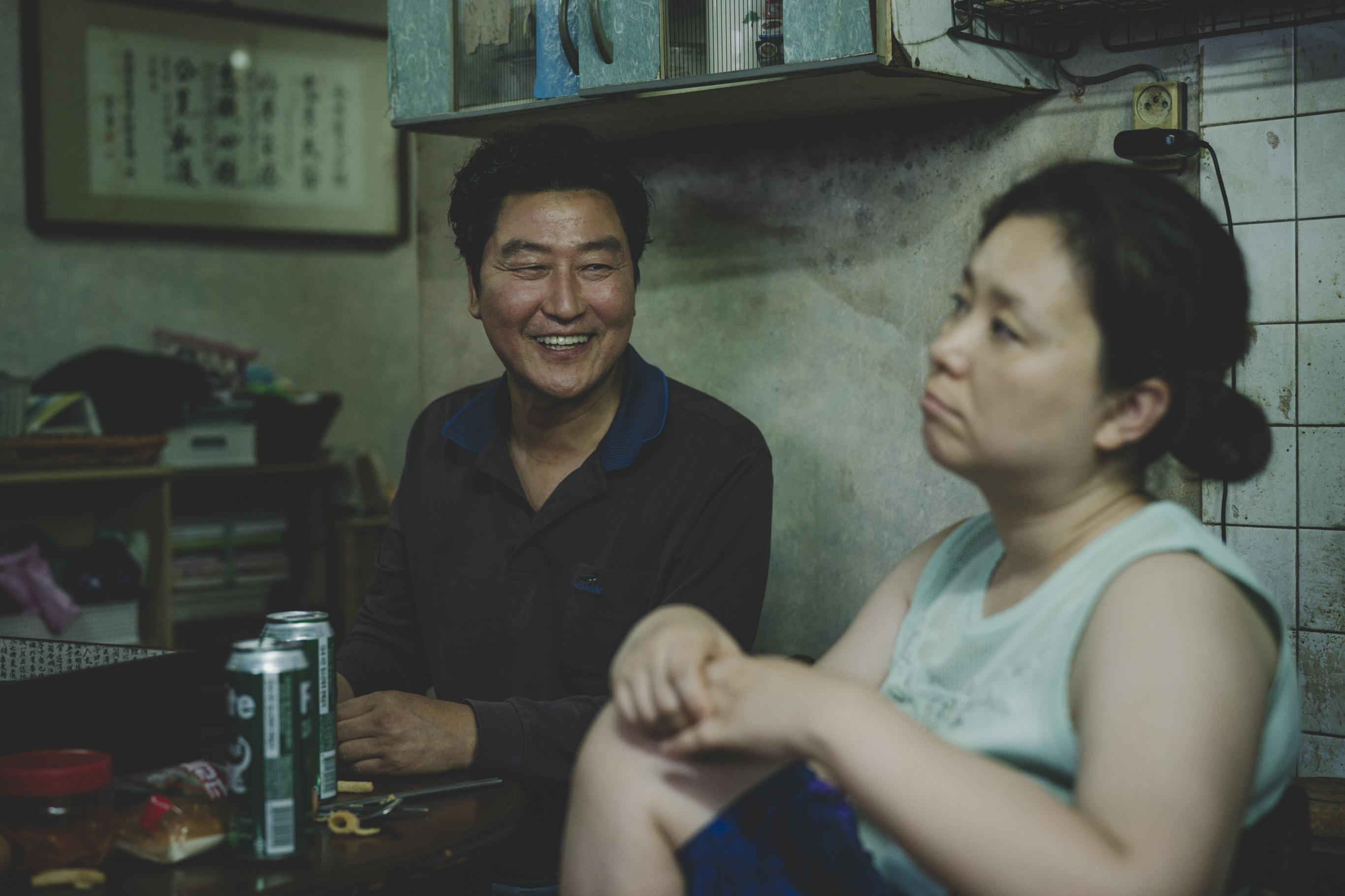 《寄生上流》韓國票房稱冠 首4日觀影人次超越《雞不可失》  開票賣座7.7億台幣口碑零負評 導演謝票提醒勿爆雷