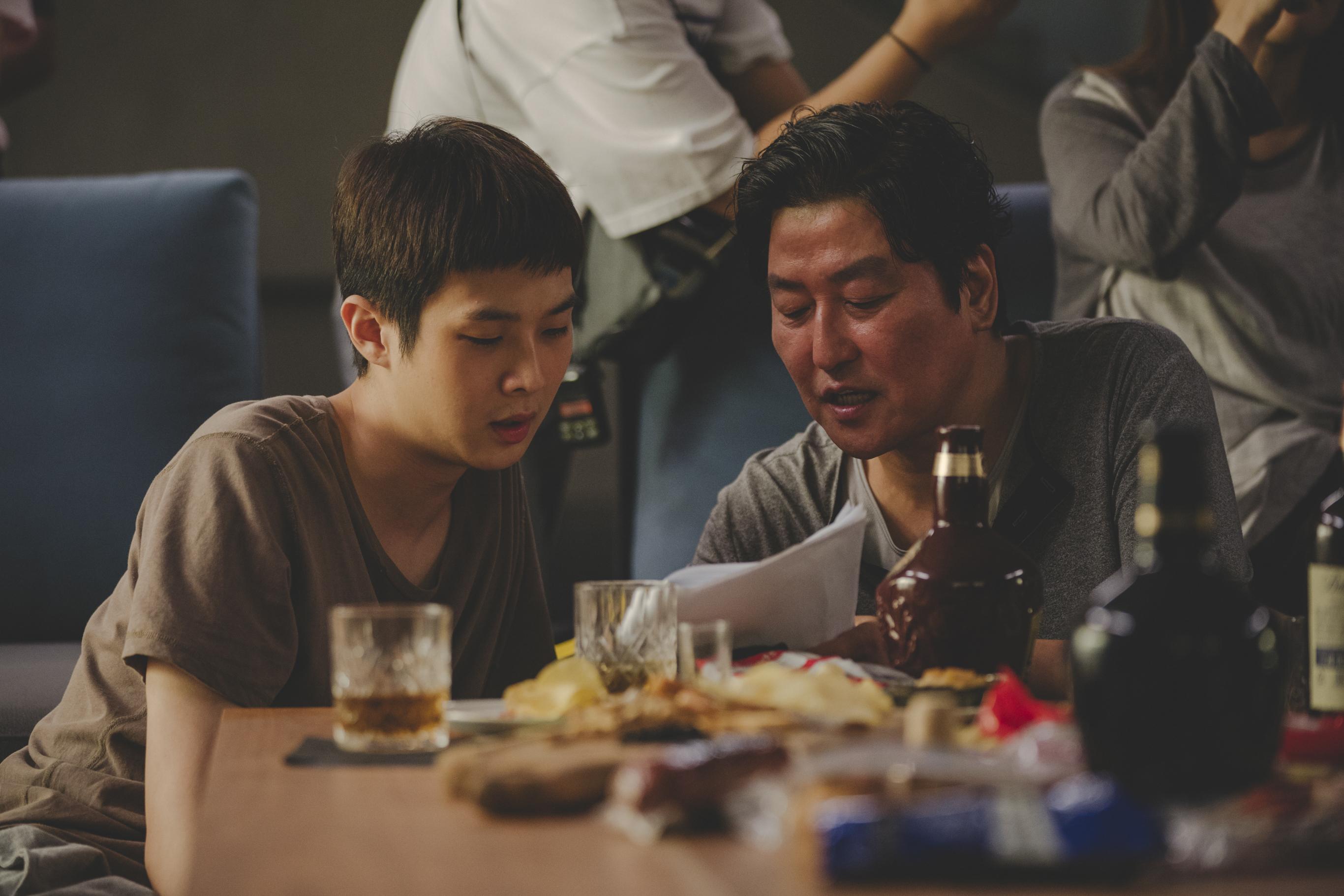 《寄生上流》導演奉俊昊親筆信請觀眾勿劇透  感性告白影帝宋康昊是團隊的心靈支柱