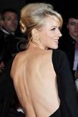 真實故事改編電影【浩劫奇蹟】倫敦首映主角娜歐蜜華茲祼背性感出席 巨星安潔莉娜裘莉觀後大讚「這絕對是今年最好的影片!」