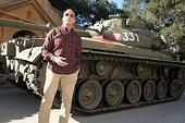阿諾史瓦辛格秀私人坦克宣傳台美同步新片【重擊防線】 戲裡反派角色見「魔鬼」腿軟