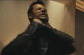 「盧女郎」瑪姬葛雷斯慘遭機油+馬桶水灌頂 【天外封鎖線】中蓋皮爾斯不用替身挑戰危險  脖子卻遭勒出血痕