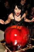 【魔鏡,魔鏡】首映會  嘴賤壞皇后茱莉亞羅勃茲難得露面 莉莉柯林斯正好生日  劇組獻上超大蘋果蛋糕 讓她覺得「就像白雪公主一樣幸福」